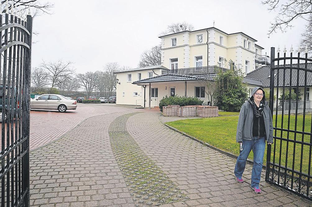 Pflegedienstleiterin Anke Kiontke vor einem der drei Wohnbereiche. Foto: hin