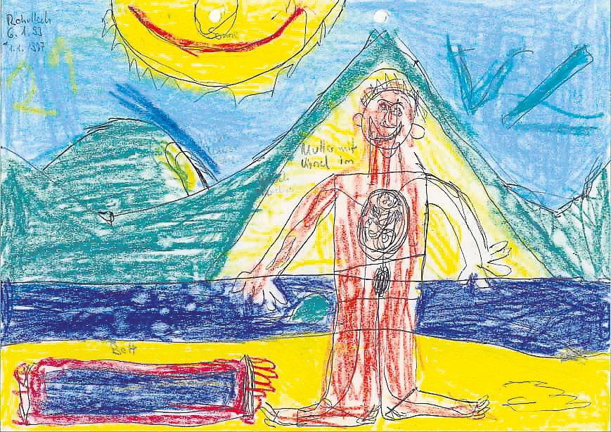 """Dieses Bild entstand laut Dr. Walter am Ende einer Therapie: """"Anfangs war der stark lernbehinderte 12-jährige Junge hoch aggressiv und misshandelte die (alten) Eltern massiv. Er malte nur Schulbänke und Zahlen, die er nicht verstand. Die Mutter (eine Lehrerin) versuchte, durch (erfolgloses) Lernen mit dem Kind ihren Selbstwert im Exil zu stabilisieren. Sie musste erst wieder lernen, mit dem Kind zu spielen."""" Das Bild zeige sowohl den Wunsch danach, das Bemuttert-Werden nachzuholen, als auch ein adoleszentes Thema. Das bunte, lebendige Bild verbinde (afghanische) Berge mit der jetzigen Entwicklung."""