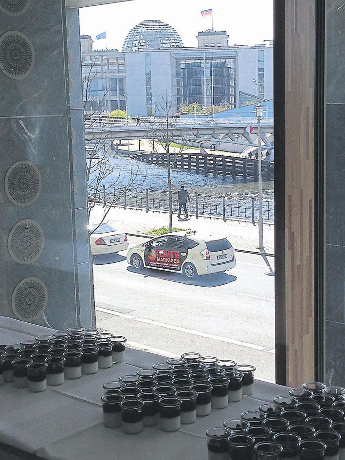 """BU """"Forschung mit Ausblick"""": Die Pause nutzten die Teilnehmer zum Ausblick auf den Reichstag und zu einem Gang an die Spree. Foto: Hinrichs"""