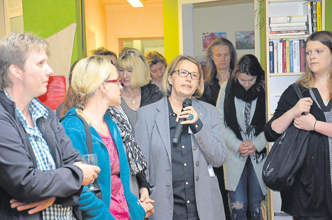 Jubiläum mit Ansprachen. Am Mikrofon: Ragazza-Geschäftsführerin Gudrun Grab. Foto: hin