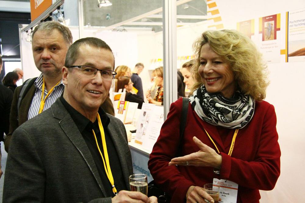 Auch Präsidentin Dr. Iris Hauth stieß am Stand des Psychiatrie-Verlags mit Prof. Ingmar Steinhart an. FOTO: Dieser