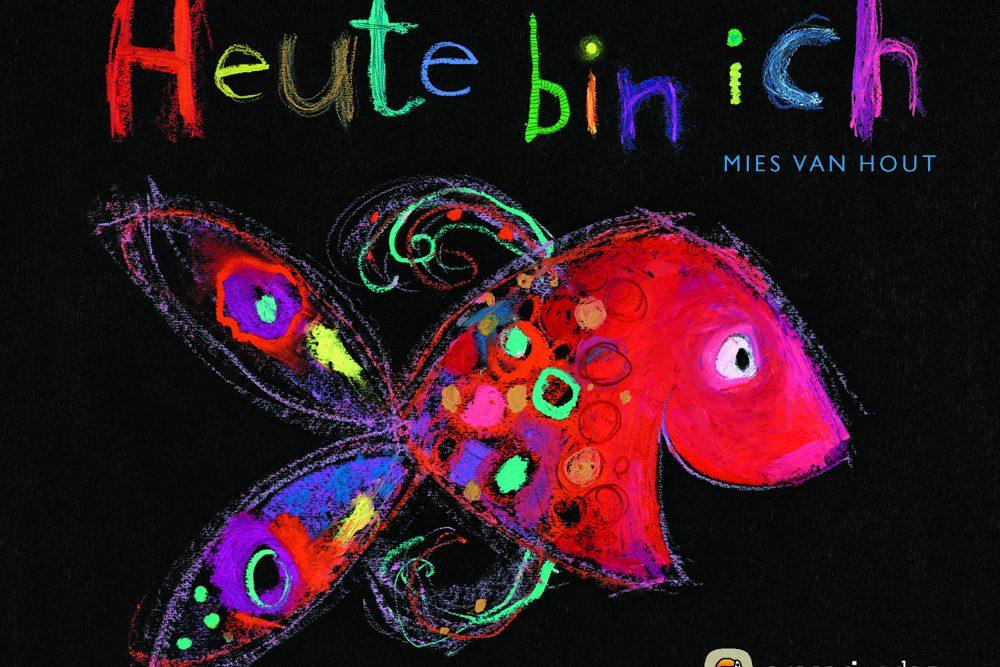 """Wie stellt man Emotionen bzw. Gefühle dar? In der Schweiz kam man auf den Fisch, der Gefühl zeigt: Heute bin ich… traurig, wütend, neidisch, fröhlich… Auf jeder Doppelseite wird in dem Bestseller ein anderes Gefühl in (Bild-)Sprache dargestellt. Ein im aracari Verlag erschienenes besonderes Buch zu Emotionen, nicht nur für Kleine ... Mies van Hout (Text & Bild): """"Heute bin ich"""", 48 Seiten, gebunden, 13.90 Euro, ab 3 Jahren, ISBN 978-3-905945-30-0."""
