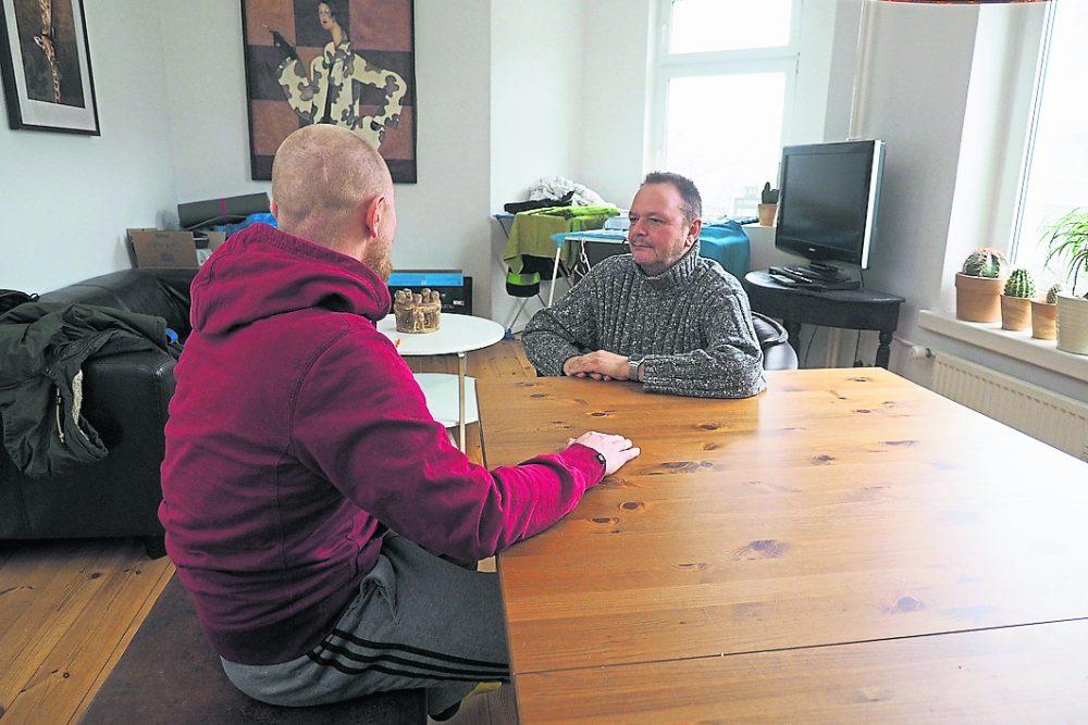 Treffpunkt WG-Gemeinschaftsraum: Herbert Villhauer (r.) im Gespräch mit Andy.    Foto: Göttsche