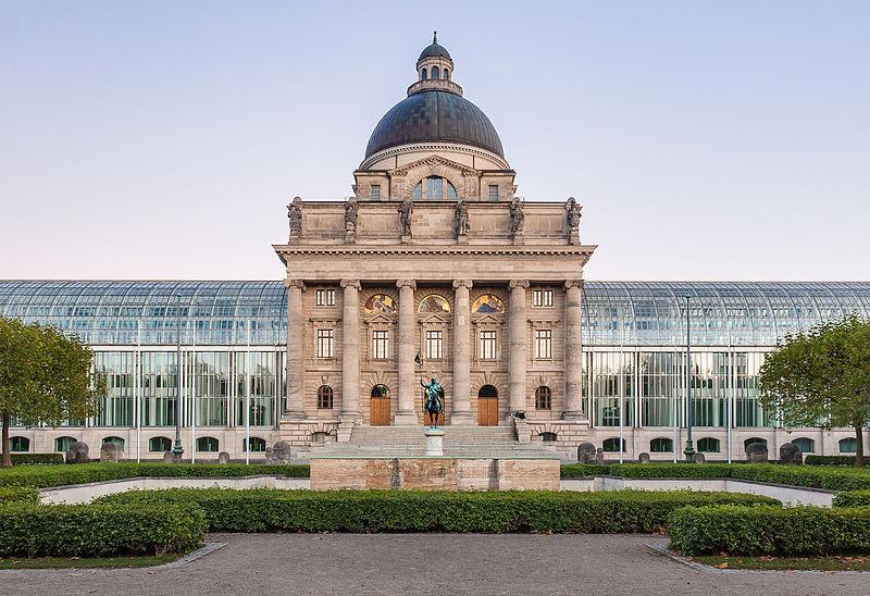 Das Bild zeigt die Bayerische Staatskanzlei.