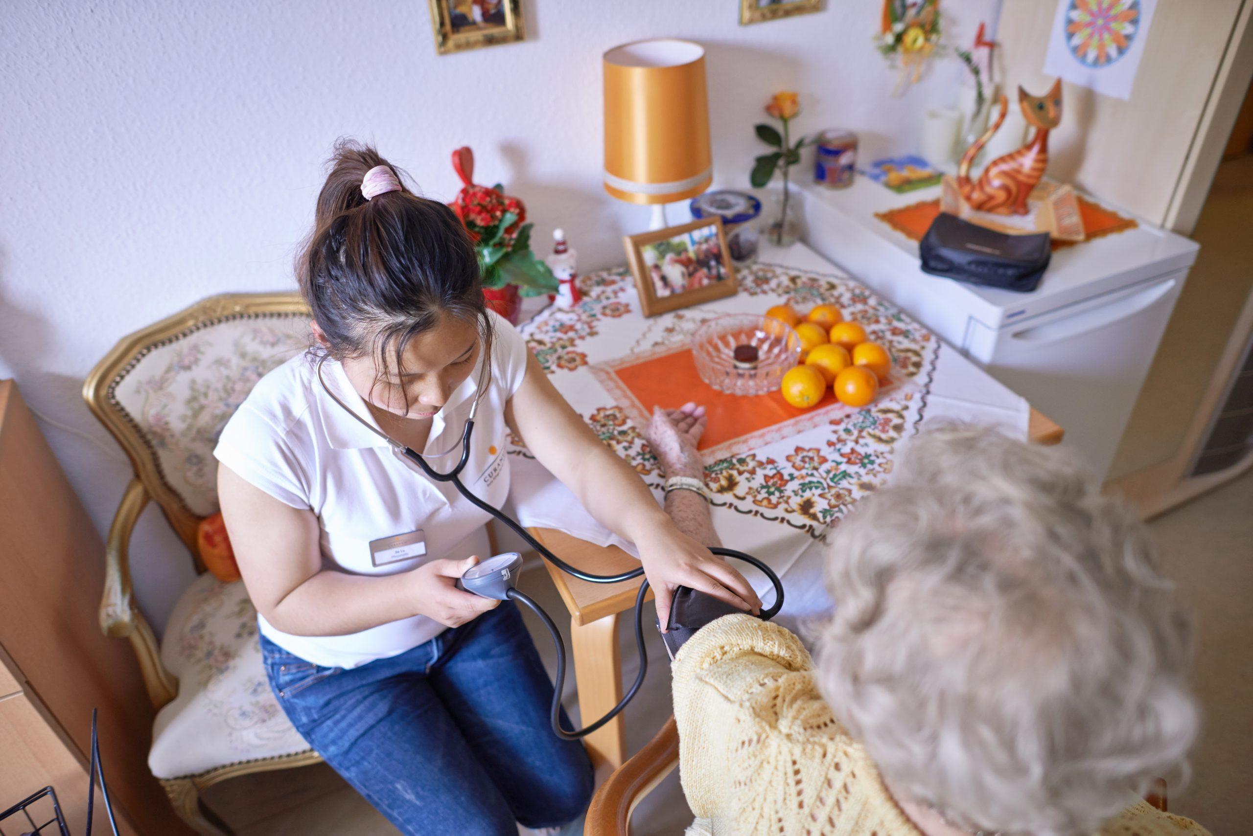 Sind häufig von Rassismus betroffen: Ausländische Pflegekräfte in Deutschland