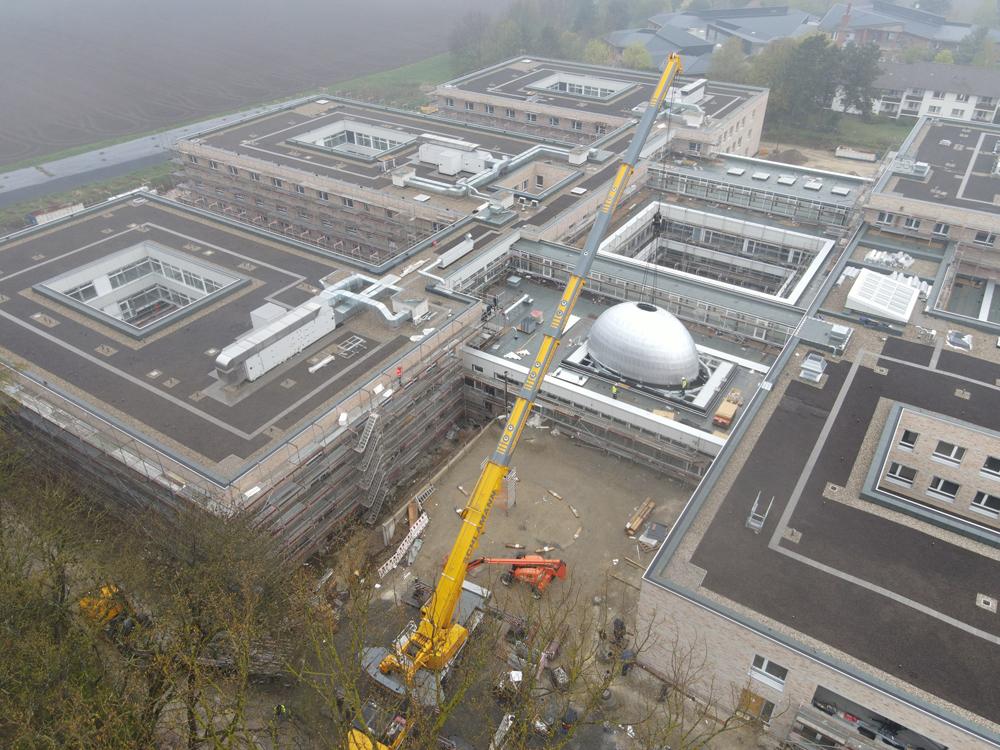 Beeindruckende Installation der Lichtkuppel im Neubau des Klinikum Wahrendorff (Foto: Klinikum Wahrendorff)